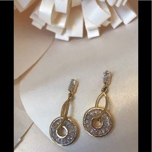 NWOT Gold Tone Rhinestone Circle Dangle Earrings